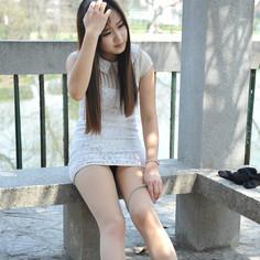 〖公园里穿丝袜的漂亮女生〗>的照片